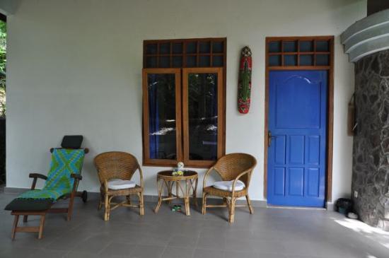 Sananda Bungalows: Sitzplatz vor unserem Bungalow