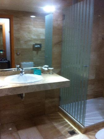 Cantur City Hotel: The bathroom. When you take a shower, prepare for the entire room to be drenched!