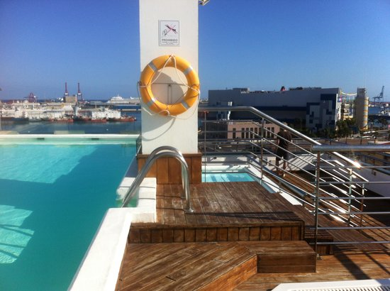 Cantur City Hotel: Rooftop pool with rooftop bar. Nice atmosphere.