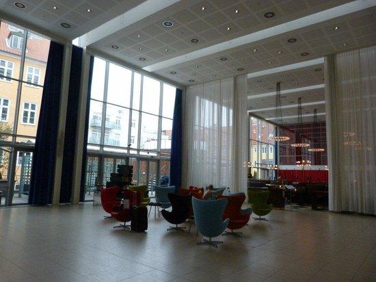 إس كية تي بيتري: The lobby
