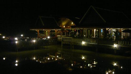 Kong Garden View Resort Chiang Rai: restaurant bei nacht