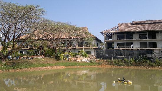 Kong Garden View Resort Chiang Rai: haupthaus mit anbau-baustelle