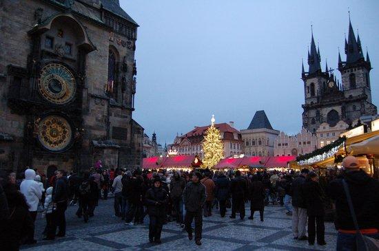 Rathaus und astronomische Uhr (Orloj): tower and market