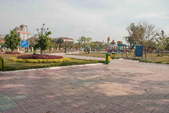 Wat BotomVatey Playground: Very clean and spacious