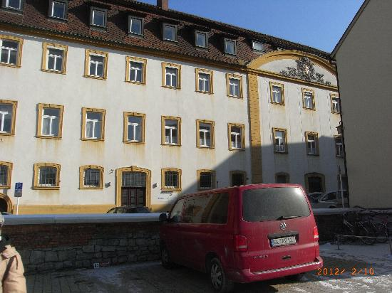 Arkaden Hotel im Kloster : Nebeneingang und Parkplatz
