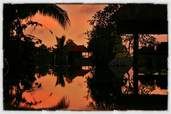 Gayatri Bungalows: sunset over the pool