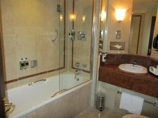 Deluxe room 308 bathroom picture of radisson blu for G bathrooms leicester