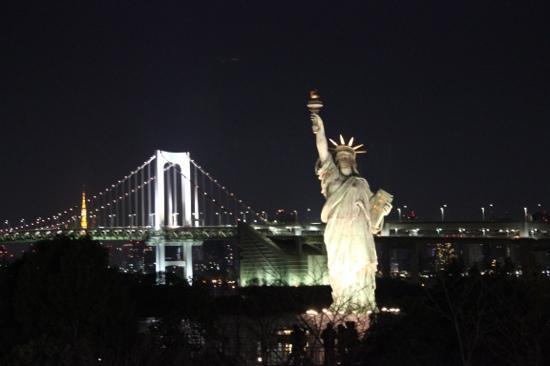 statue of liberty with the rainbow bridge 港区 自由の女神 の写真