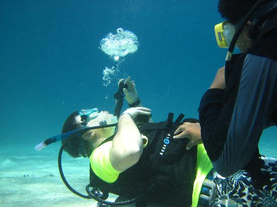 Cozumel Palace : Manuel teaching me to blow ring bubbles
