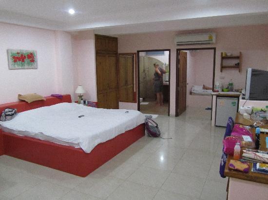 พริ๊นซ์ การ์เด้น วิลล่า: Roomy very clean room with reliable hot showerroom