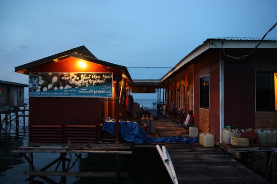 Seahorse Sipadan Scuba Lodge : Night view of the place