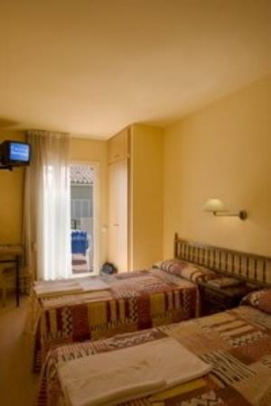 Central Normandie Hotel: Guest Room