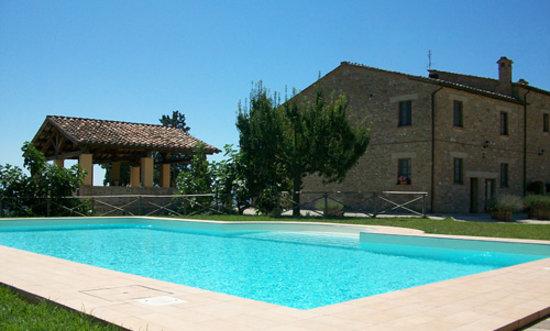 La Country House Il Vecchio Fienile: corte esterna e piscina