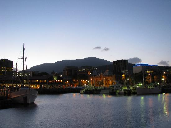 St Ives Apartments: le port de Hobart le soir...