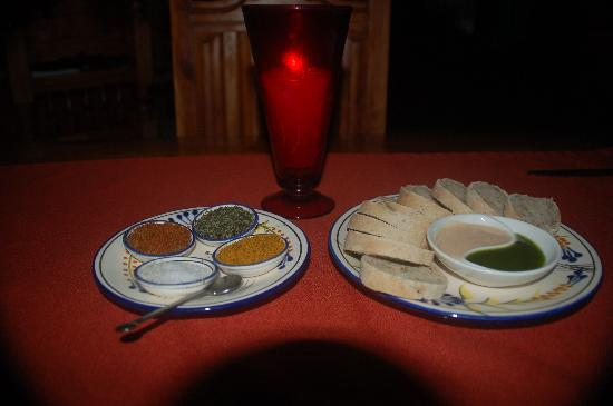 Santo Vino, Bistro & Wine Bar: Opener:  rustic bread with two dipping sauces and a selection of Dany's salts