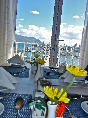 Simon's Town Quayside Hotel and Conference Centre: Breakfast room - Fresh flowers on the Tables!