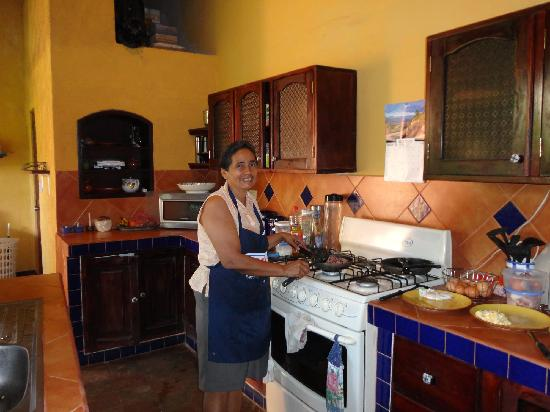 Casa Silas B & B: Josefa making breakfast