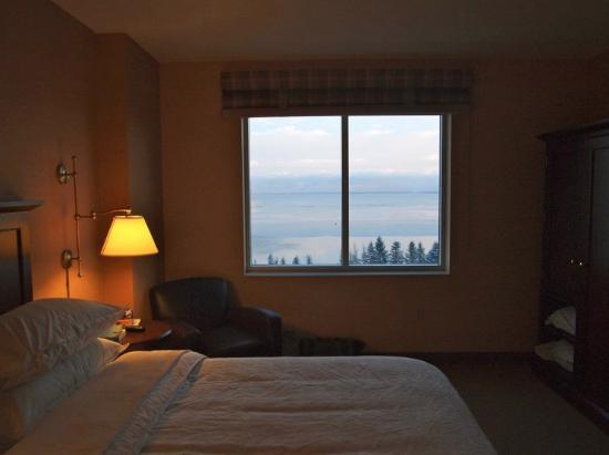 Sheraton Duluth Hotel: A tranquil view of Lake Superior from Bed