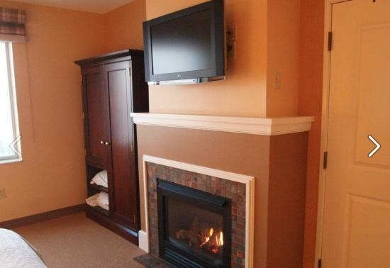 Sheraton Duluth Hotel: The fireplace actually gives off great heat!