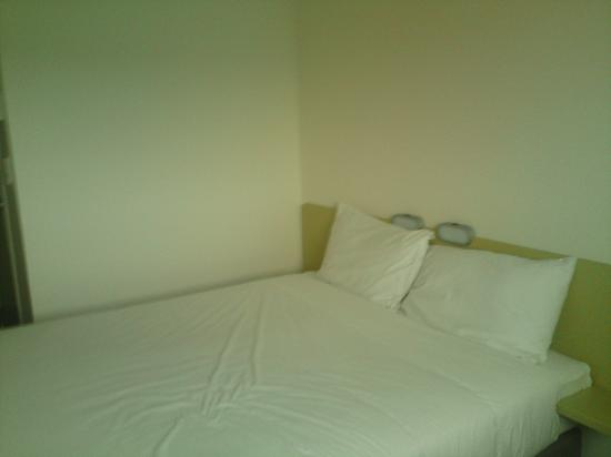 Ibis Budget Auckland Airport: this IS the actual room size