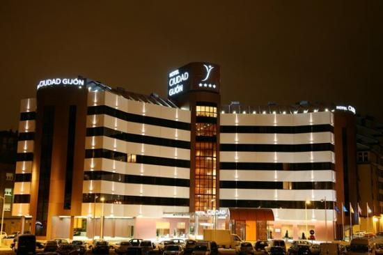 Silken Ciudad Gijon: Exterior night view