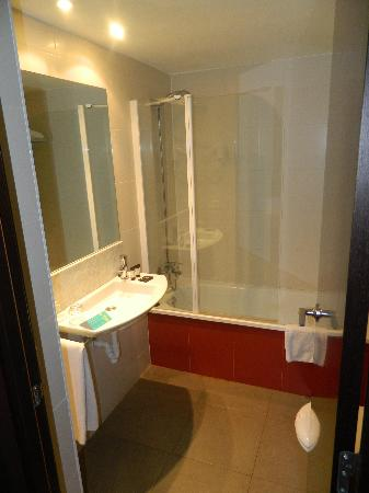 Hotel Acta BCN 40: Spacious and clean bathroom