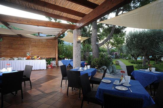 Hotel Ideal : Colazione in giardino