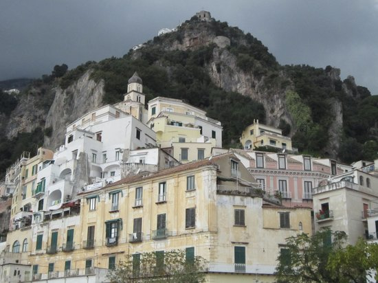 Amalfi Coast, Italië: Houses built on sides of mountains