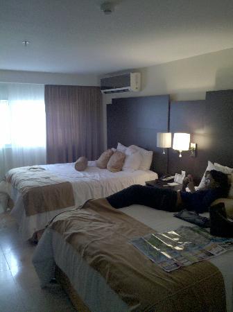 Wyndham Garden Panama City: Porcelanato e camas confortaveis num bom espaço