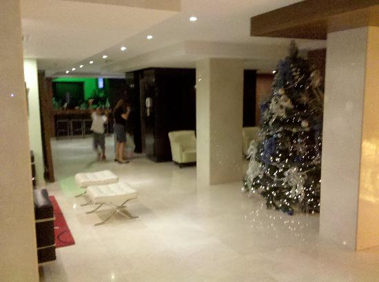 Wyndham Garden Panama City: Lobby com bar/restaurante ao fundo