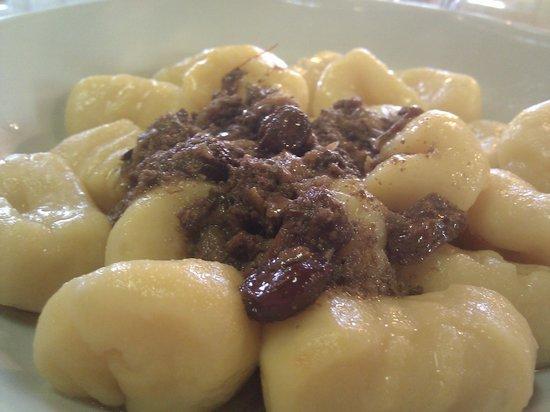 Meolo, Italia:                                     gnocchi con ragù di lepre