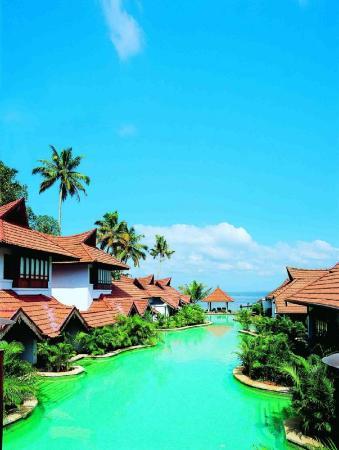 Kumarakom Lake Resort: Immerse yourself to a refreshing splash just outsi