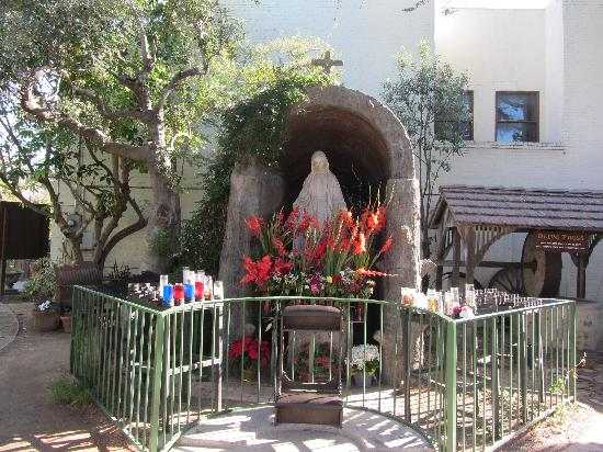 Ventura, Kalifornien: area within garden for prayer candles