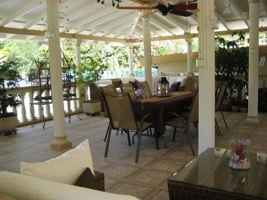 Blue Boy Inn: Upper level sitting and dining area