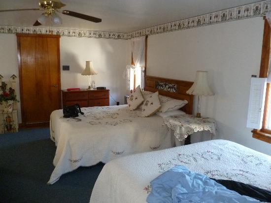 Beagle's Bed & Breakfast: Large 2 Queen Room