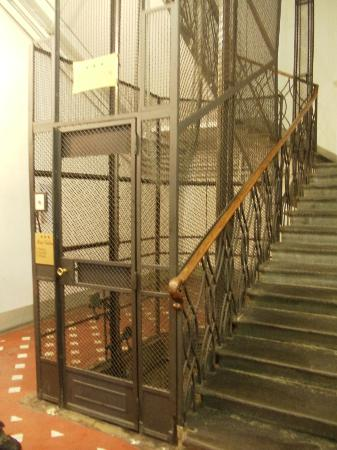 Hotel Goldoni : old elevator in the building