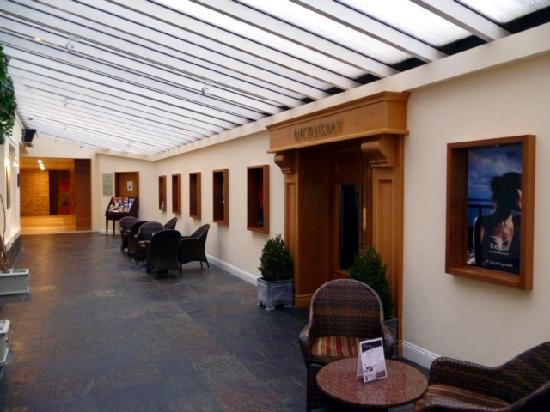 Hodson Bay Hotel: Relax off the foyer