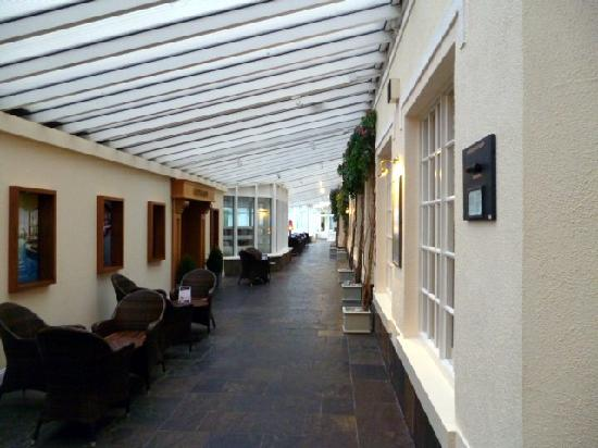 Hodson Bay Hotel: area between foyer & lift to guest rooms