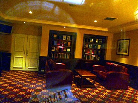 Hodson Bay Hotel: Library