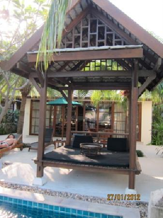 Kanda Residences: villa外的發呆亭...很舒服喔