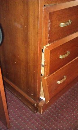 Days Inn Myrtle Beach-Beach Front: broken dresser
