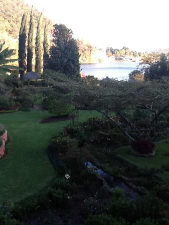 Eco Hotel Uxlabil Atitlan: Giardino splendido con pappagalli bellissimi