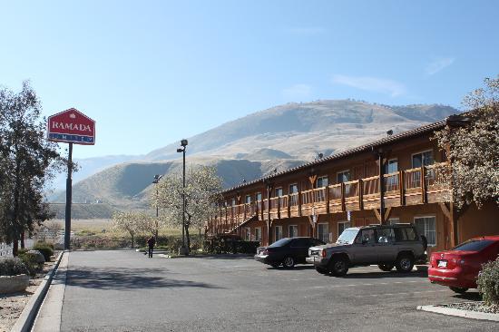 Ramada Limited Lebec: Hotel exterior.
