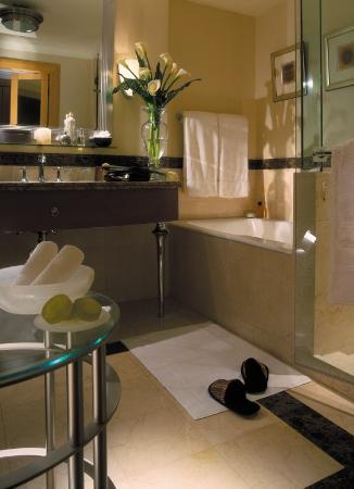 Four Seasons Hotel Amman: AMM Bathroom