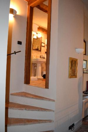 Hotel Castello di Sinio: stairs leading to bathroom