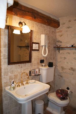 Hotel Castello di Sinio: bathroom
