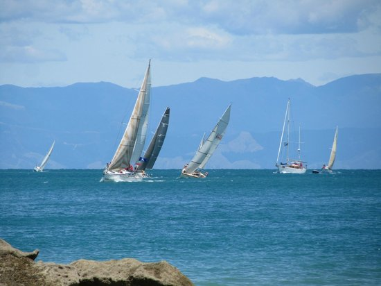 Marahau, Nouvelle-Zélande : sailboats on water