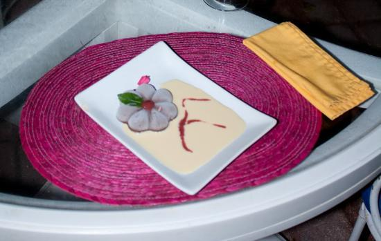 L 'Escargot : Mmmm... Yammy chocolate dessert with cream sause