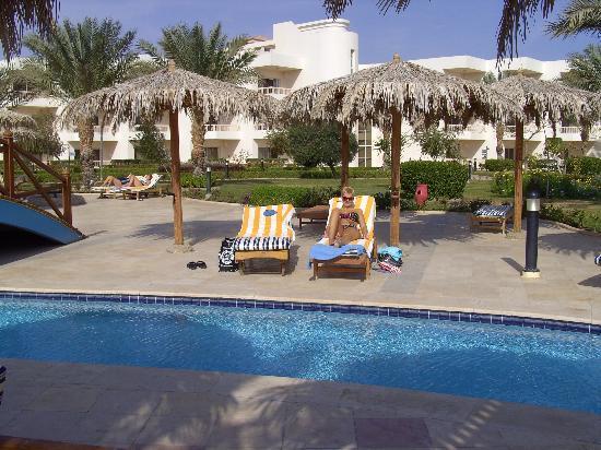 Hilton Hurghada Long Beach Resort: pool side