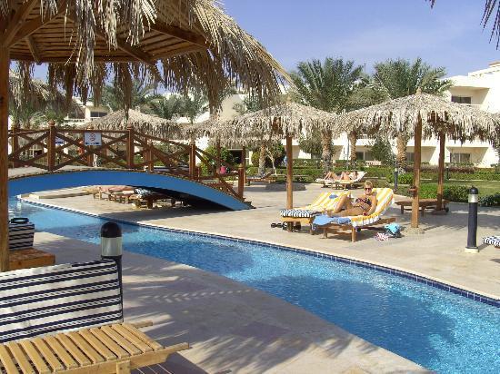 Hilton Hurghada Long Beach Resort: poolside
